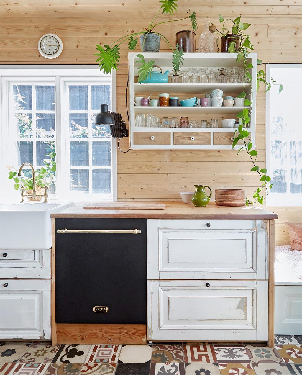 vtwonen special zomerhuizen 07-2021 | keuken met zwarte vaatwasser, en witte keukenkastjes