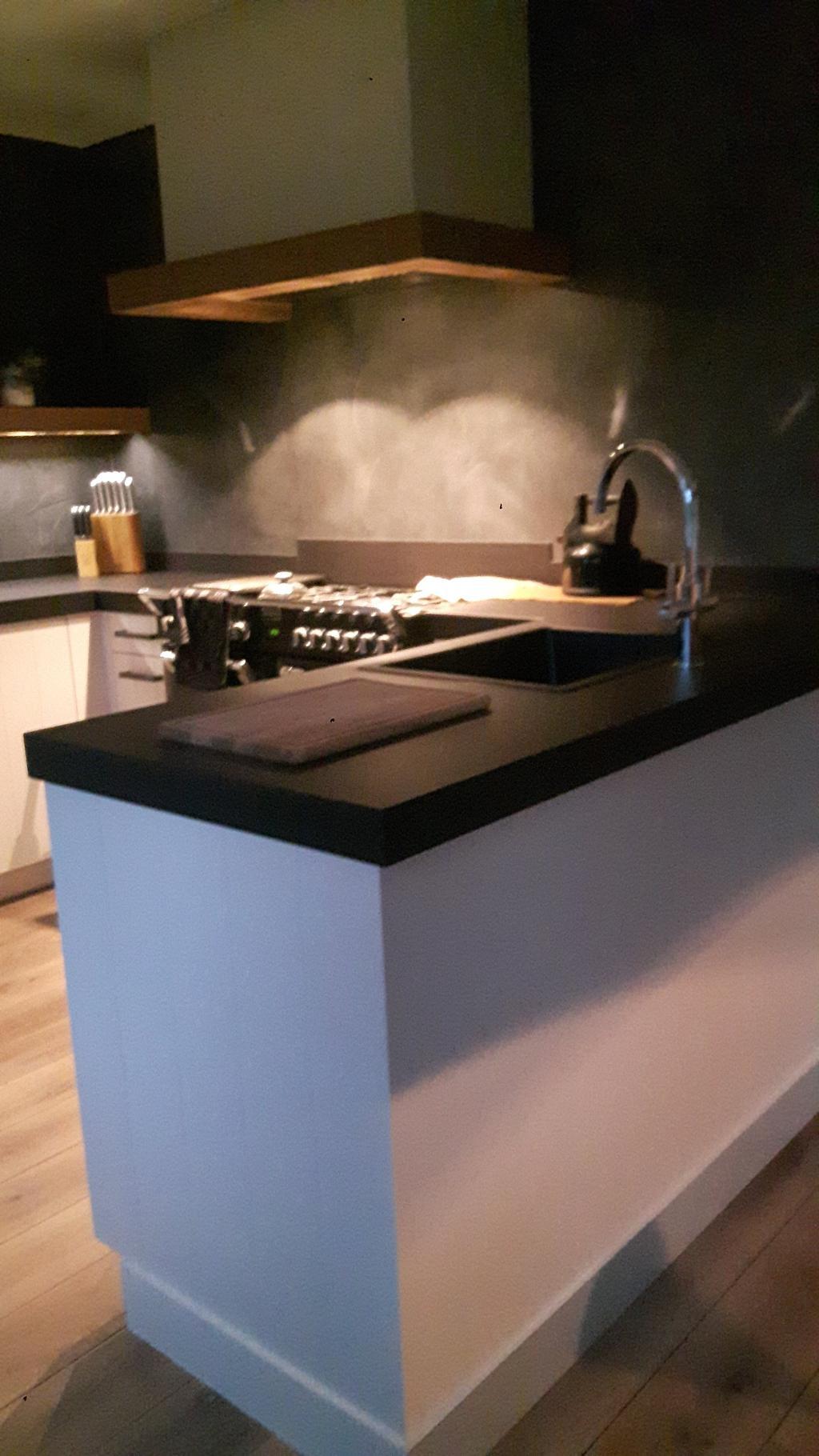 kijk-op-de-kraan-het-middelpunt-van-de-keuken-samen-met-het-fornuis