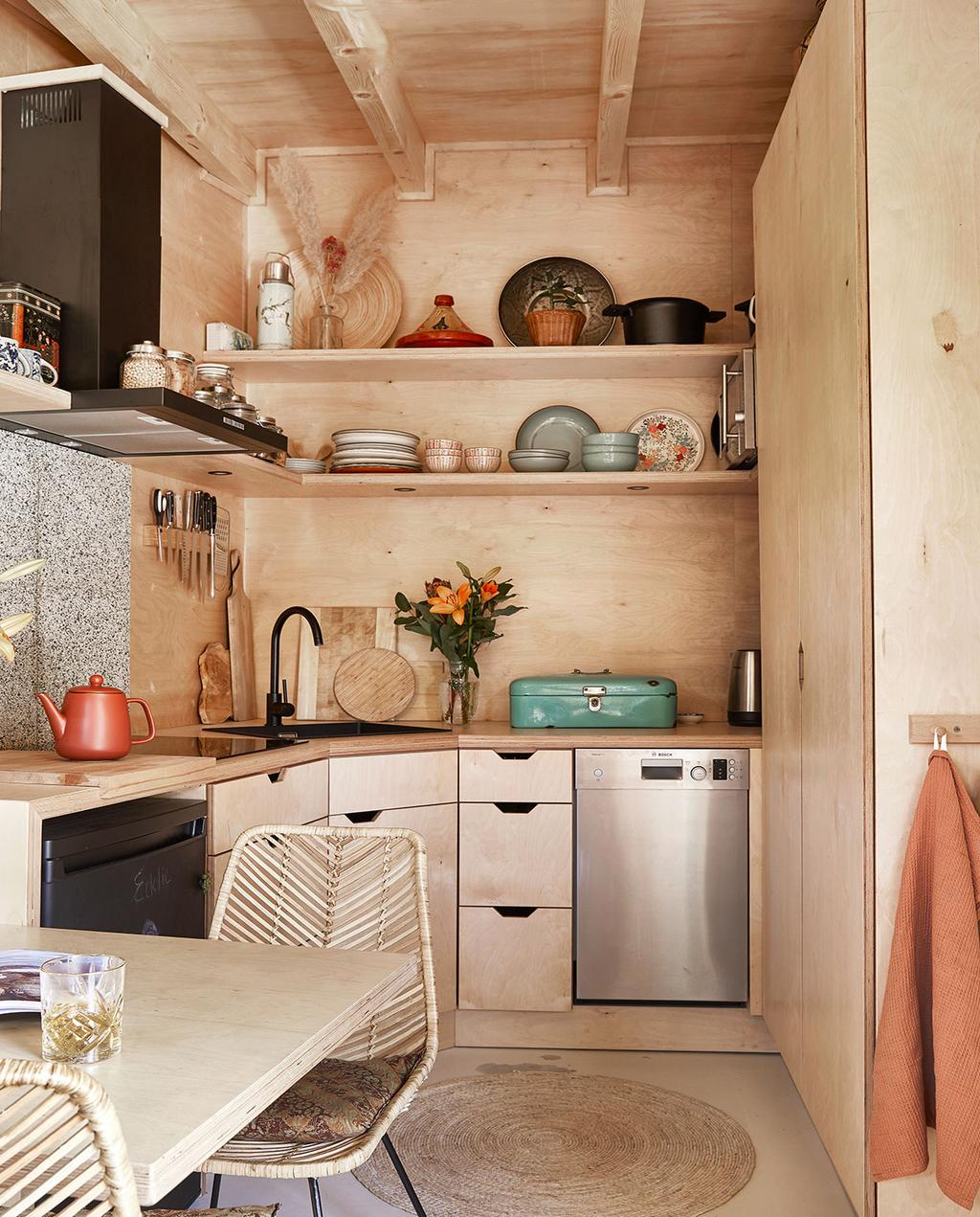 vtwonen binnenkijken special tiny houses | rond vloerkleed bij de keuken en eettafel