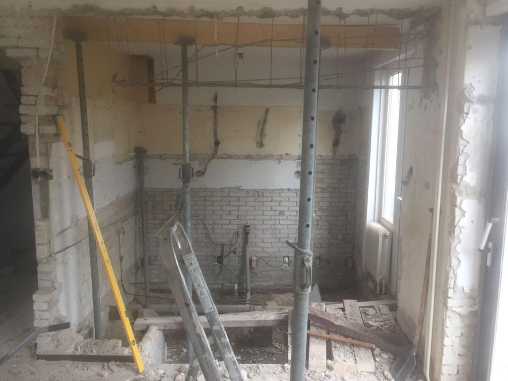 de-complete-benedenverdieping-is-gestript-tot-op-de-fundering-oude-houten-vloer-eruit-en-nieuwe-vloer-erin-vanaf-de-fundering-zijn-wij-met-opbouwen-begonnen-betonbalken-isolatie-vloerverwarming-en-gevlinderd-woonbeton-als-toplaag