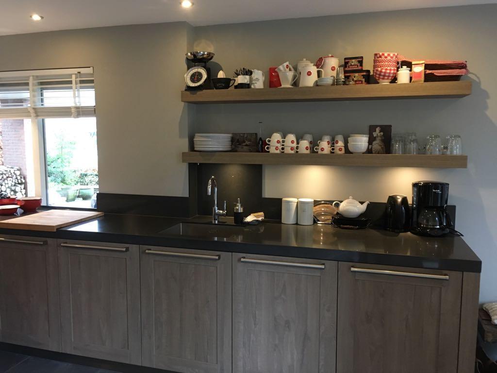 ruime-aanrecht-aan-rechterzijde-met-raam-richting-de-voorkant-van-het-huis-geen-bovenkastjes-meer-maar-schappen-tevens-voldoende-onderkastjes-om-alle-keukenbenodigdheden-in-kwijt-te-kunnen