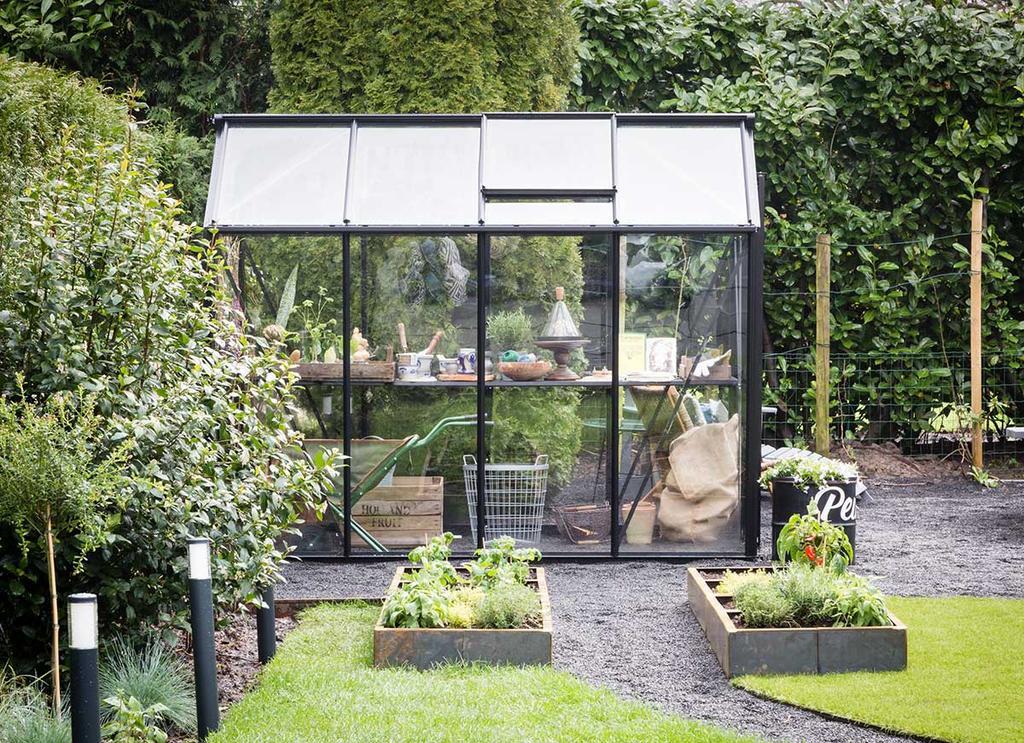 vtwonen tuin make-over met glazen kas en kleine moestuin