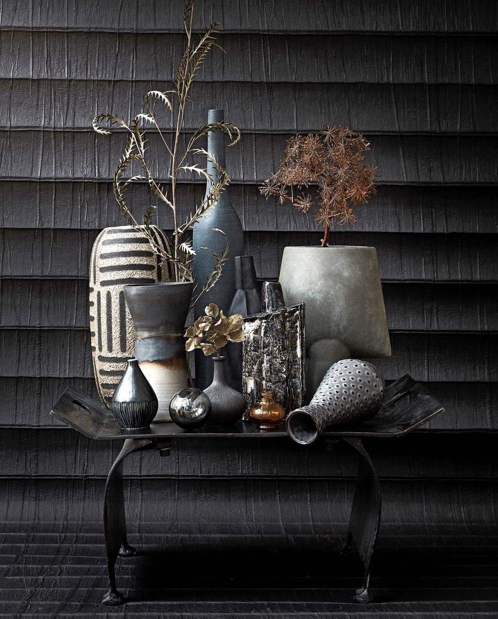 vtwonen 10-2019 | styling vazen donkere tinten op bijzettafel