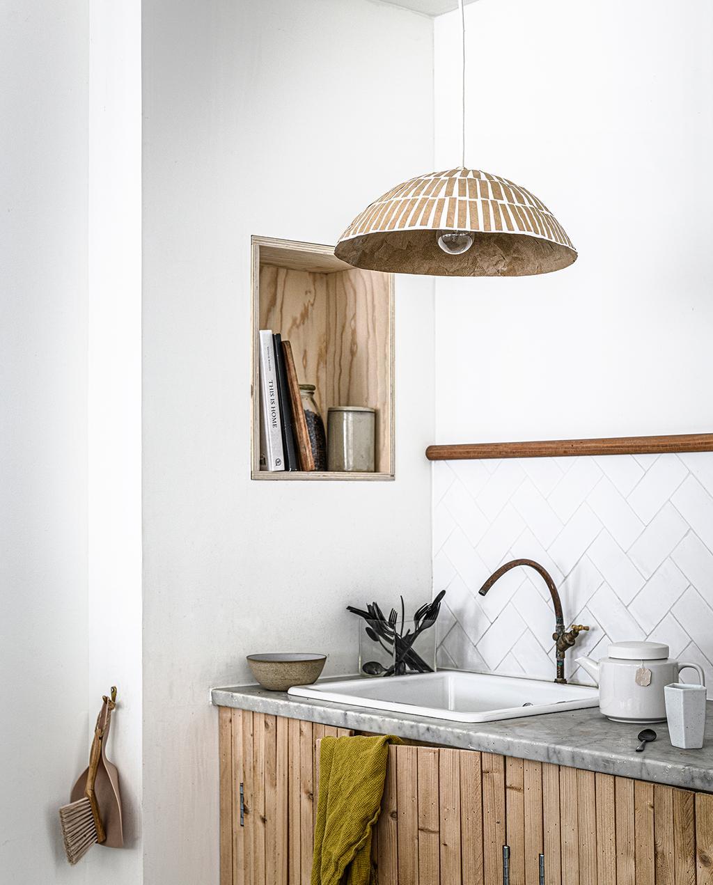 vtwonen 2020 DIY special 02 | keuken van hout en papieren hanglamp