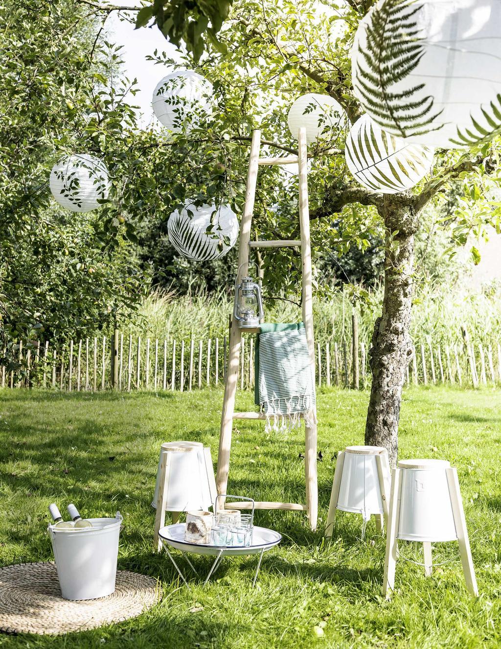 Tuinfeest met lampionnen en picknick op het gras