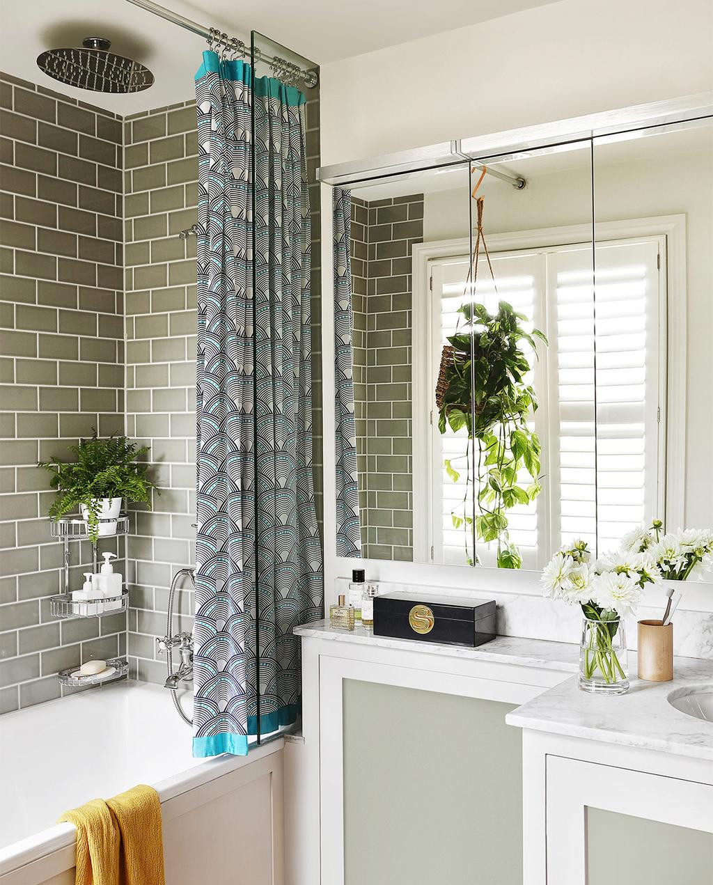 vtwonen casas especiais de verão 07-2021 |  banheiro com azulejos verde-acinzentados