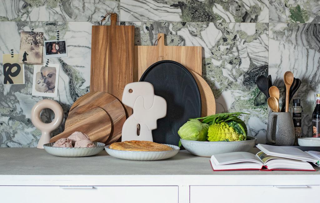 vt tv stylingtips marianne | warmte op het aanrecht met houten snijplanken, een wit kunstwerk en driehoekscompositie