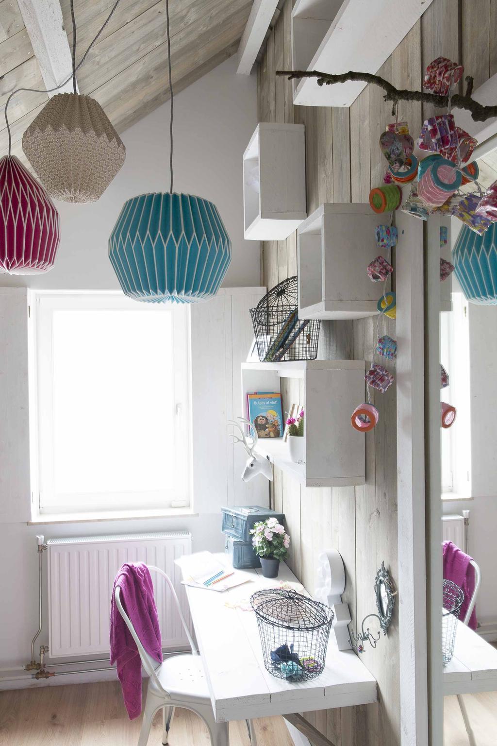 Kinderkamer met kleurige elementen