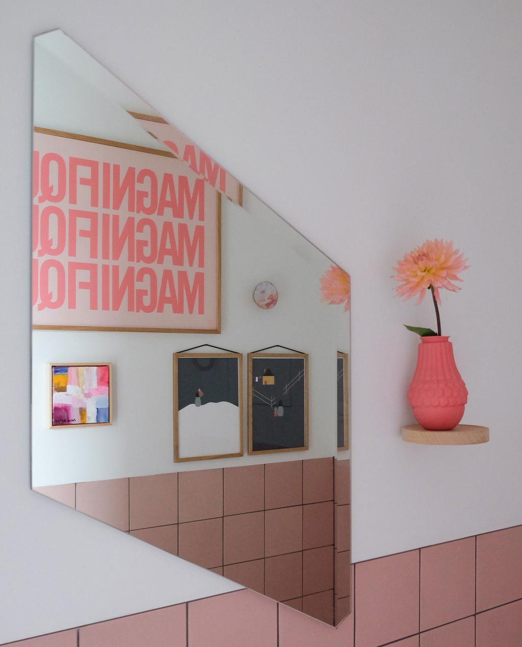 vtwonen | Puik Designer Blog roze badkamer met geometrische spiegel