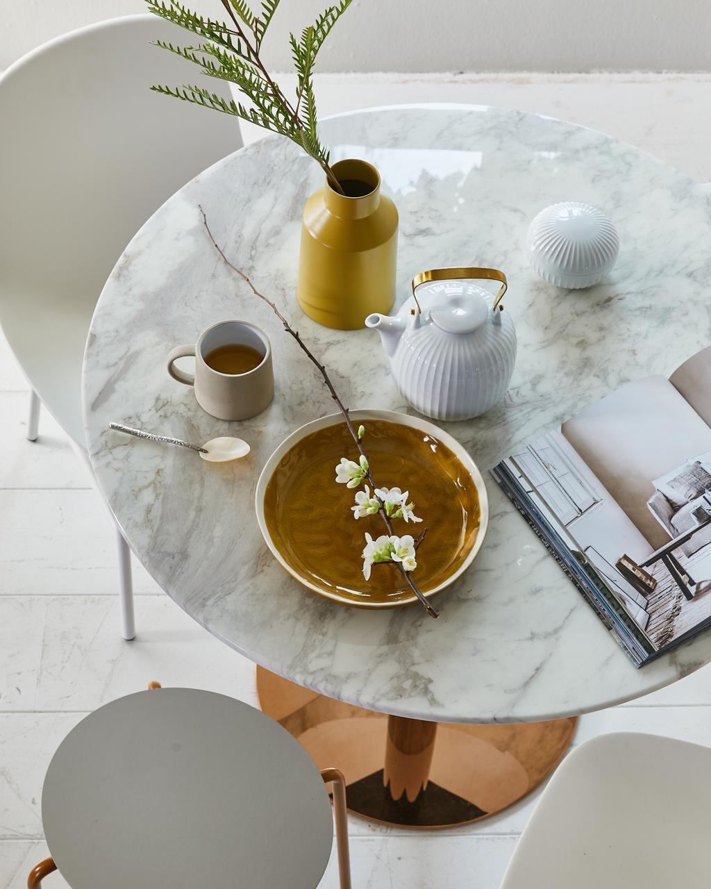 Voorjaarshuis met witte eettafel en stoelen