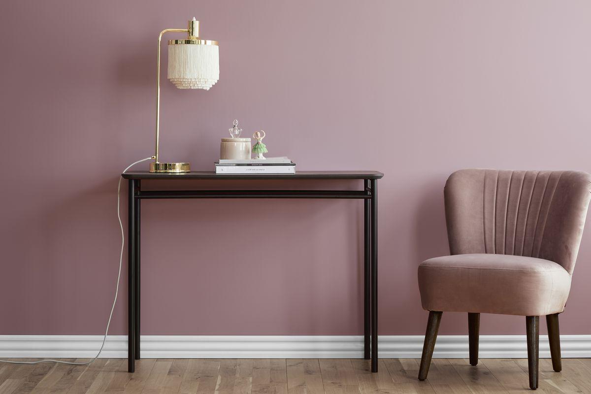 leurentrends roze muur houten sidetable roze fauteuil gouden lamp met wit