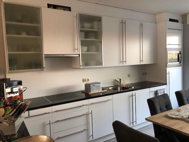 dit-jaar-besloten-om-onze-keuken-een-metamorfose-te-geven-de-deurtjes-laten-puiten-van-bordeauxrood-naar-wit-keuken-ziet-er-weer-als-nieuw-uit-superblij-met-het-mooie-eindresultaat