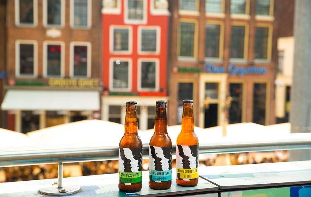 Drie biertjes voor het terras van de Drie Gezusters