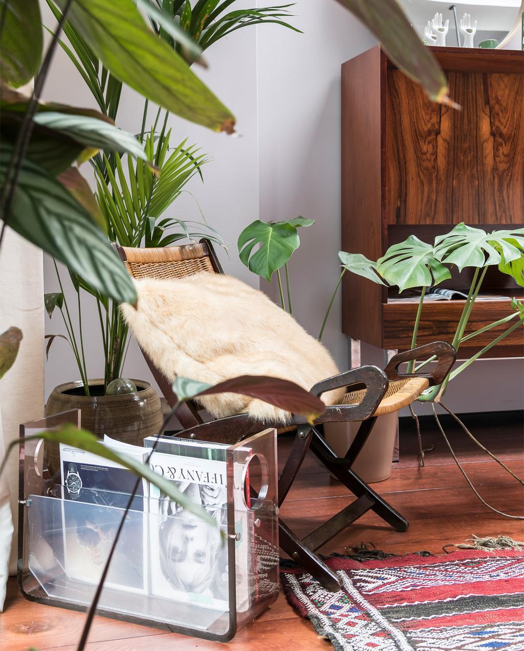 vtwonen 10-2020 | Appartement vol vintage design in Antwerpen vintage kast, vlinderstoel, grote planten en perzisch tapijt