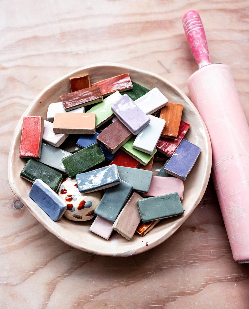 vtwonen 05-2021 | verschillende stukjes van verschillende kleuren in keramiek