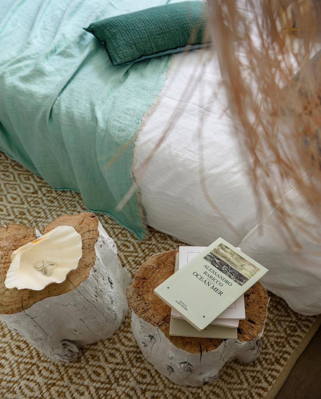 vtwonen 07-2020 | binnenkijken cannes strandhuis slaapkamer bed met boomstammen als nachtkastje