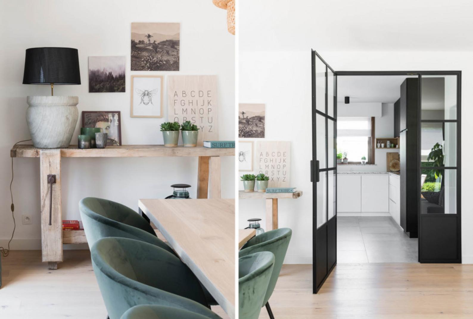 table à manger chaises vertes et portes vitrées vers cuisine