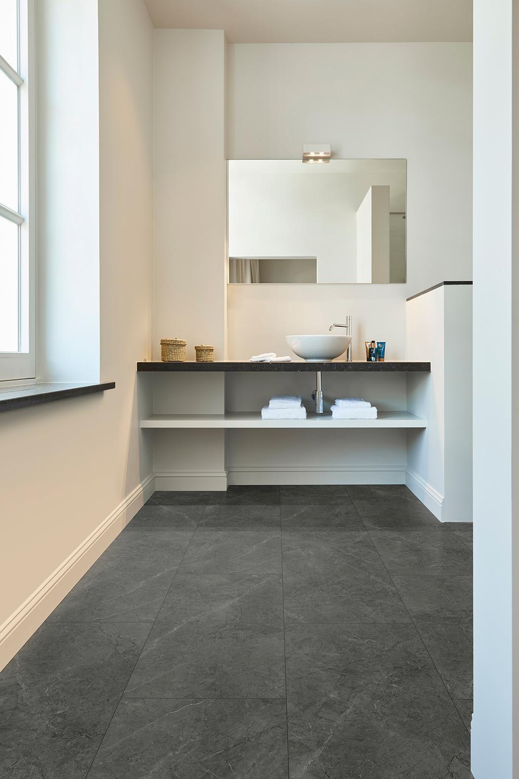 Badkamer met donkergrijze vloer Dome van COREtec vloeren