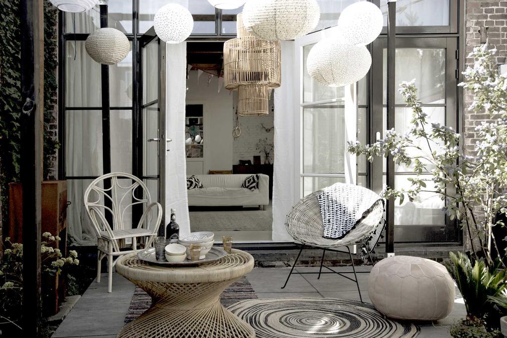terrasse-suspensions-blanches-et-meubles-en-rotin