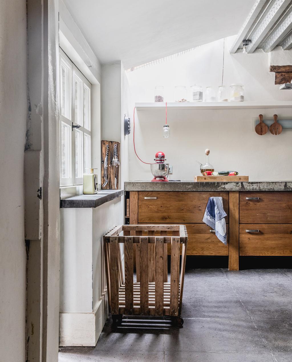 vtwonen 05-2021 | houten keuken met vloertegels