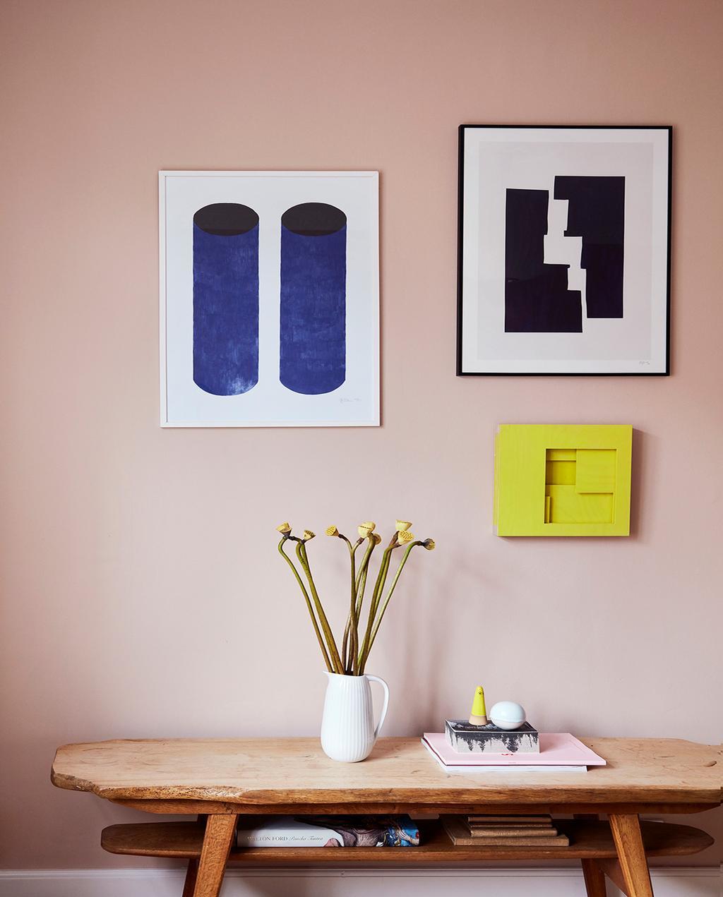 vtwonen 02-2021 | kleur aan muur door kunst, met tafel en bloem