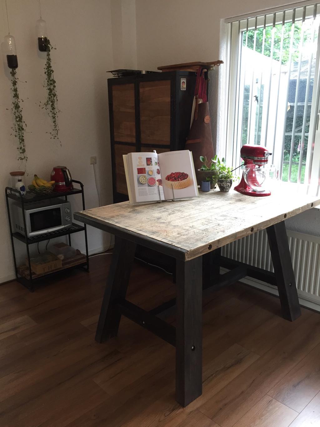 ik-ben-enorm-blij-met-deze-werktafel-er-is-weinig-werkruimte-op-het-aanrecht-en-aangezien-ik-veel-taarten-bak-was-deze-tafel-meer-dan-welkom-mijn-man-heeft-deze-tafel-zelf-gemaakt
