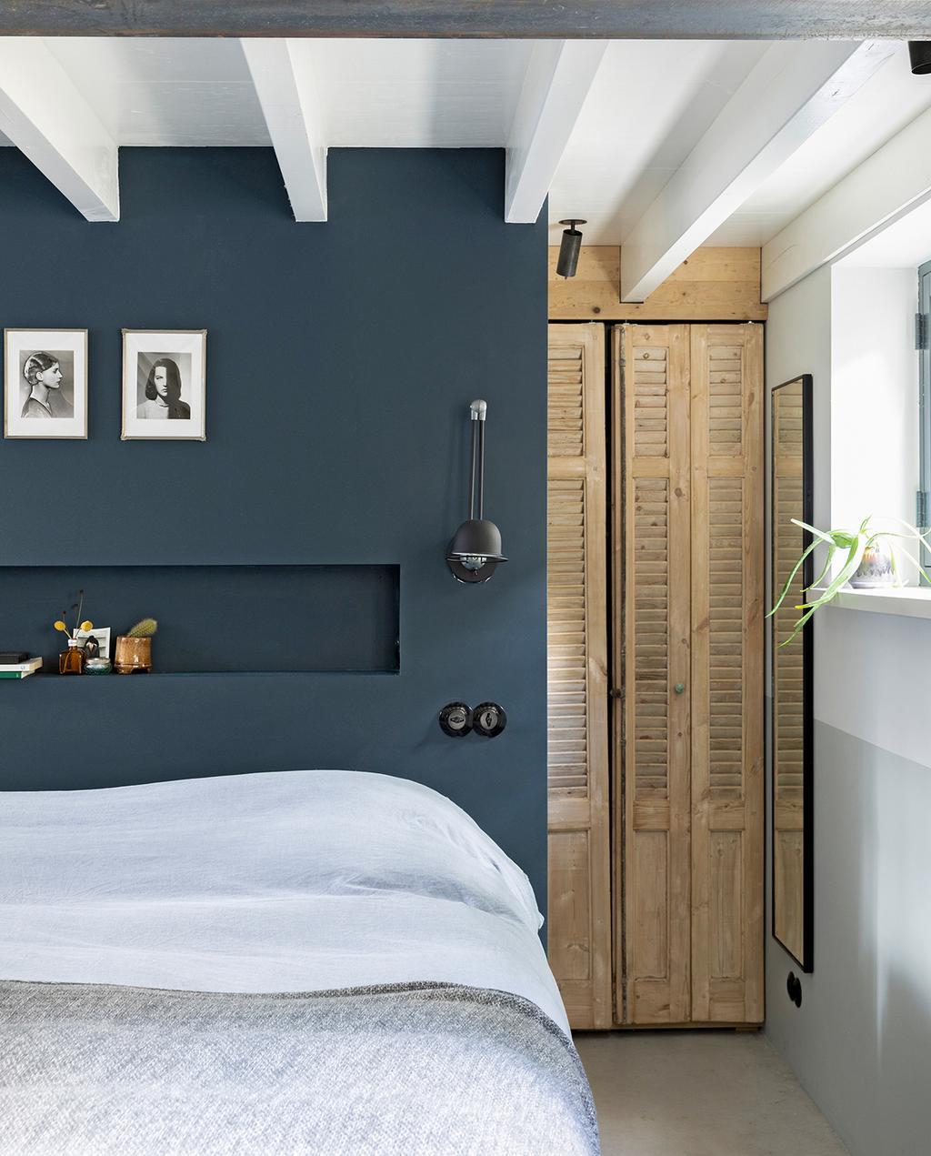 vtwonen 04-2020 | slaapkamer met donkere muur en houten klapdeurtjes Amsterdam