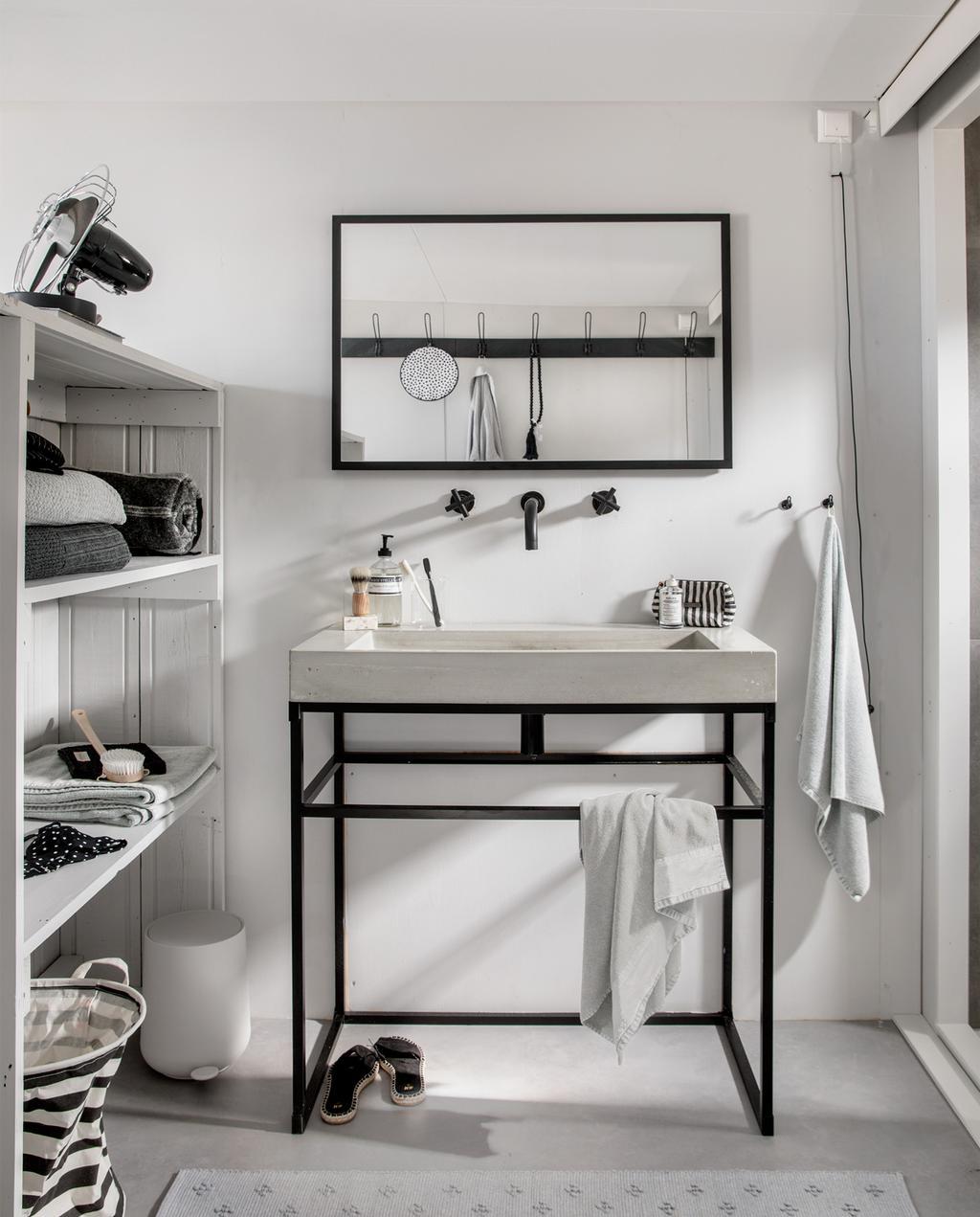 zwart witte badkamer in een strandhuisje