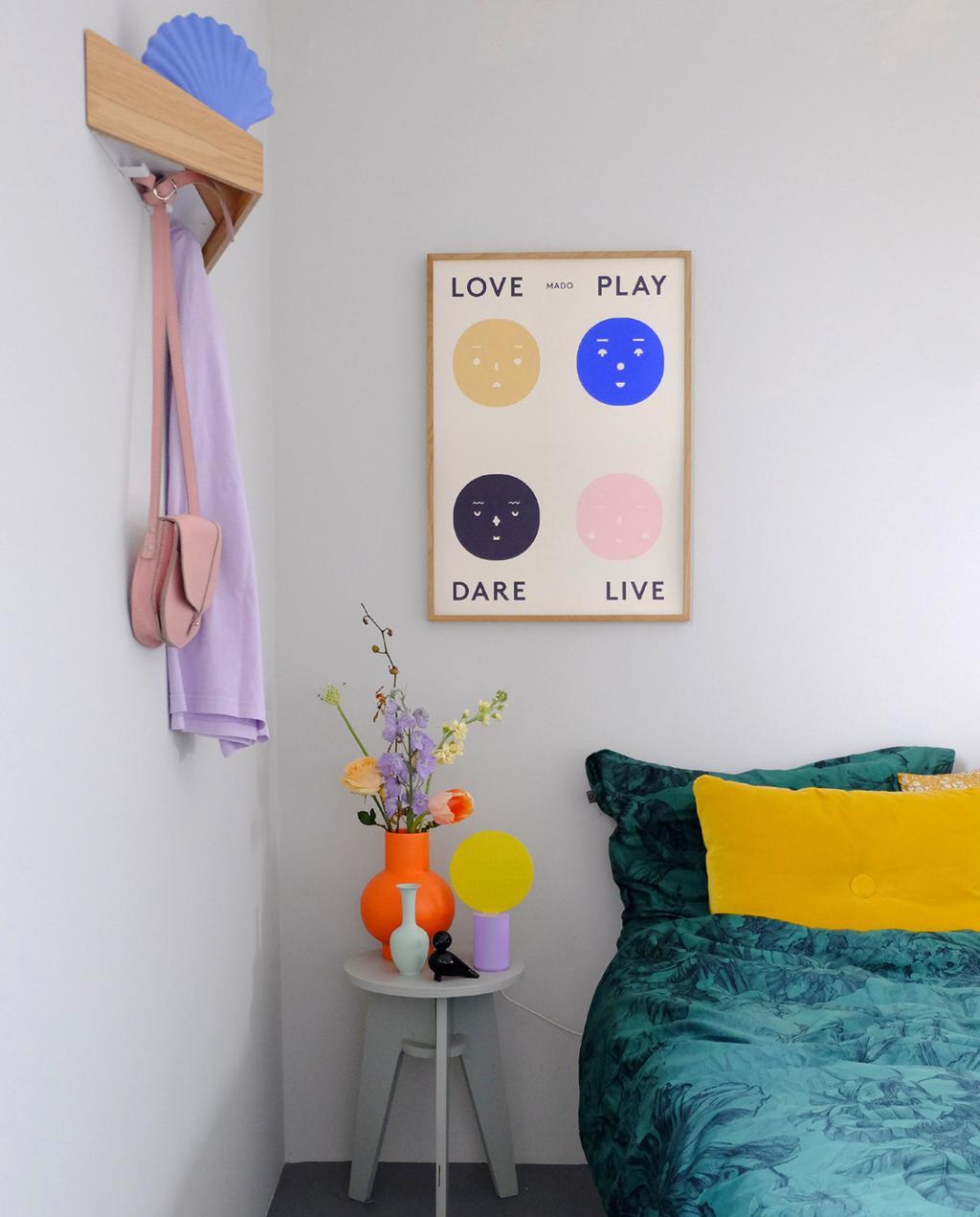 Vtwonen 02-2020 | Kleurrijk interieur met accessoires op nachtkastje naast bed voor blog PRCHTG