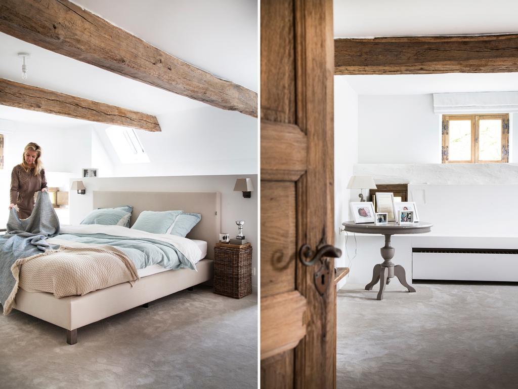 bk 9 slaapkamer met hout en tafeltje vol kaders