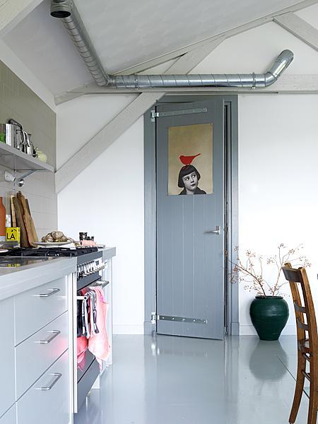 grijze keuken met rode vogel