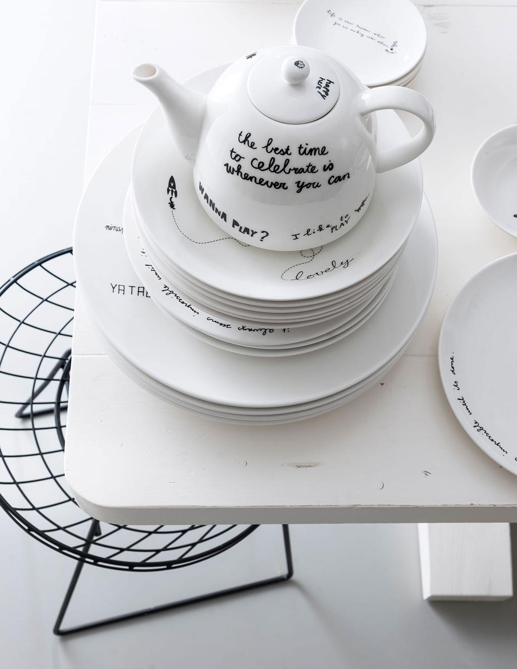 Theepot en borden op tafel uit vtwonen happy collection