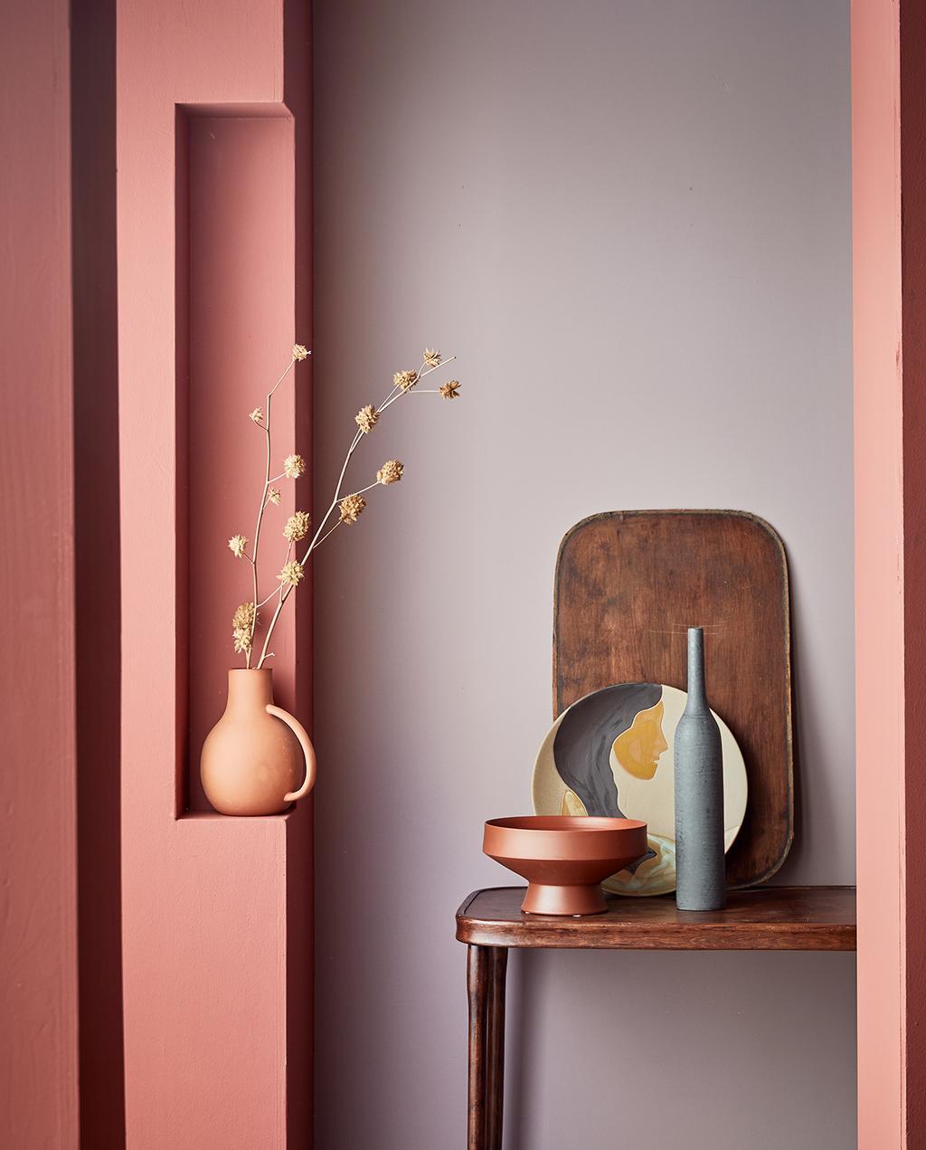 vtwonen 04-2021 | vtwonen collectie verf op kolom red eart, op achterwand Washed Lila