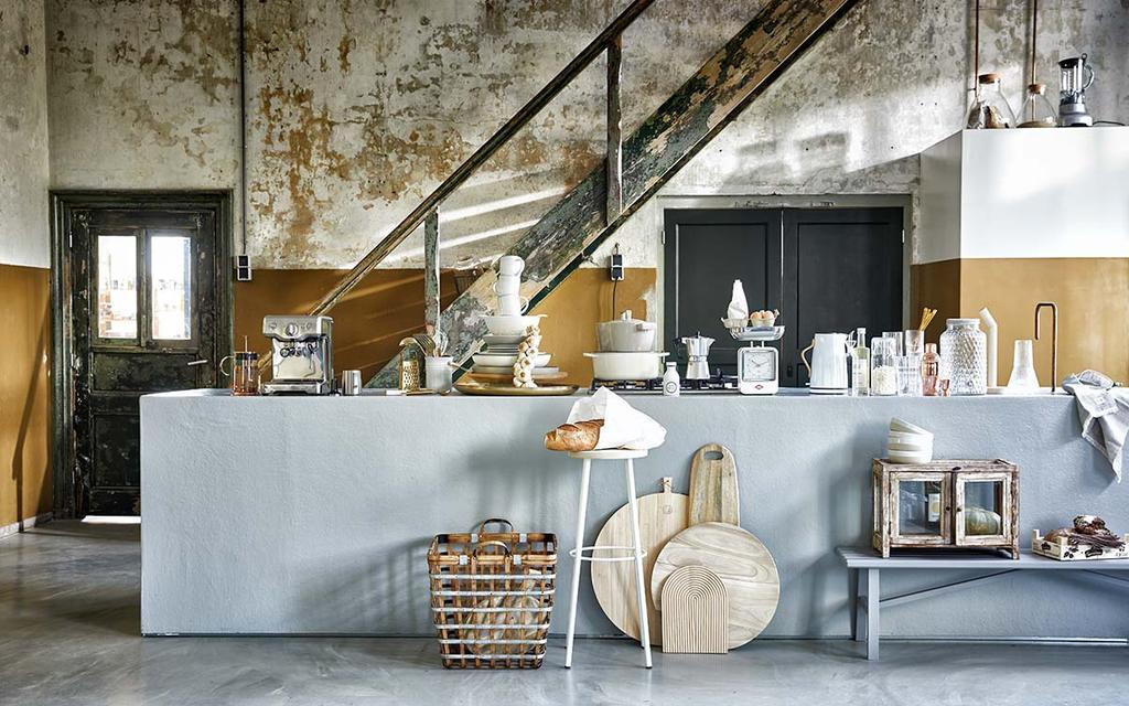 Industriële keuken met gele lambrisering en keukenblok