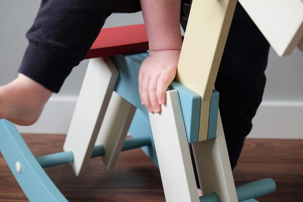 Designspeelgoed: kind op de hobbelpaard van Cavalcade
