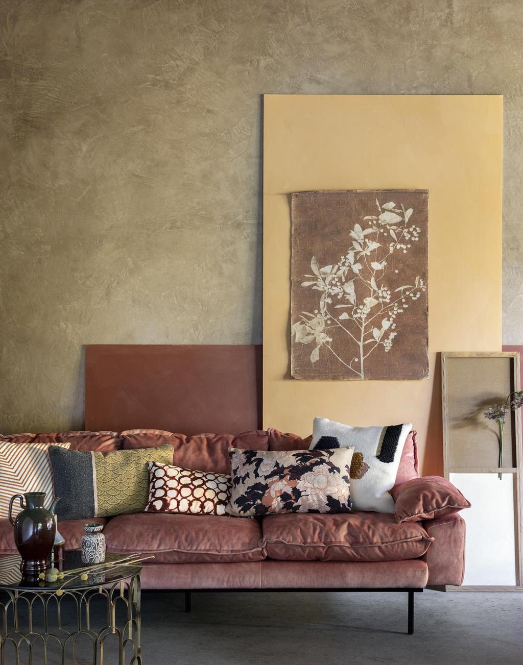 Oud roze bank met zachtgele kleuren en kussens in verschillende prints voor een happy place.