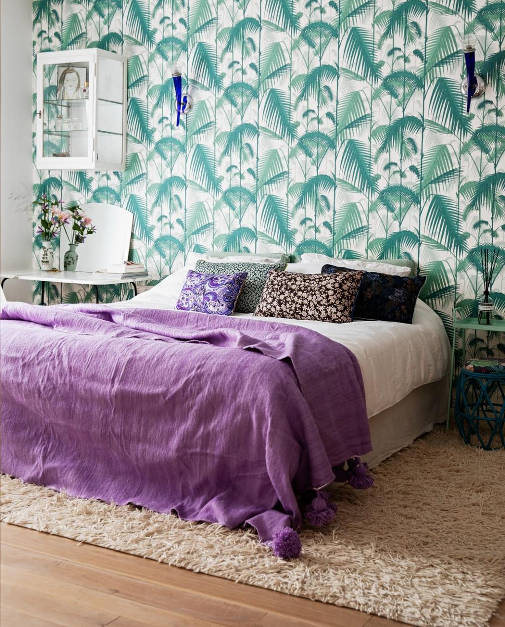 binnenkijken bij vtwonen hoofdredacteur Nicolette Fox   behang   slaapkamer   kleur   paars   groen   sprei   vloerkleed   vitrinekast