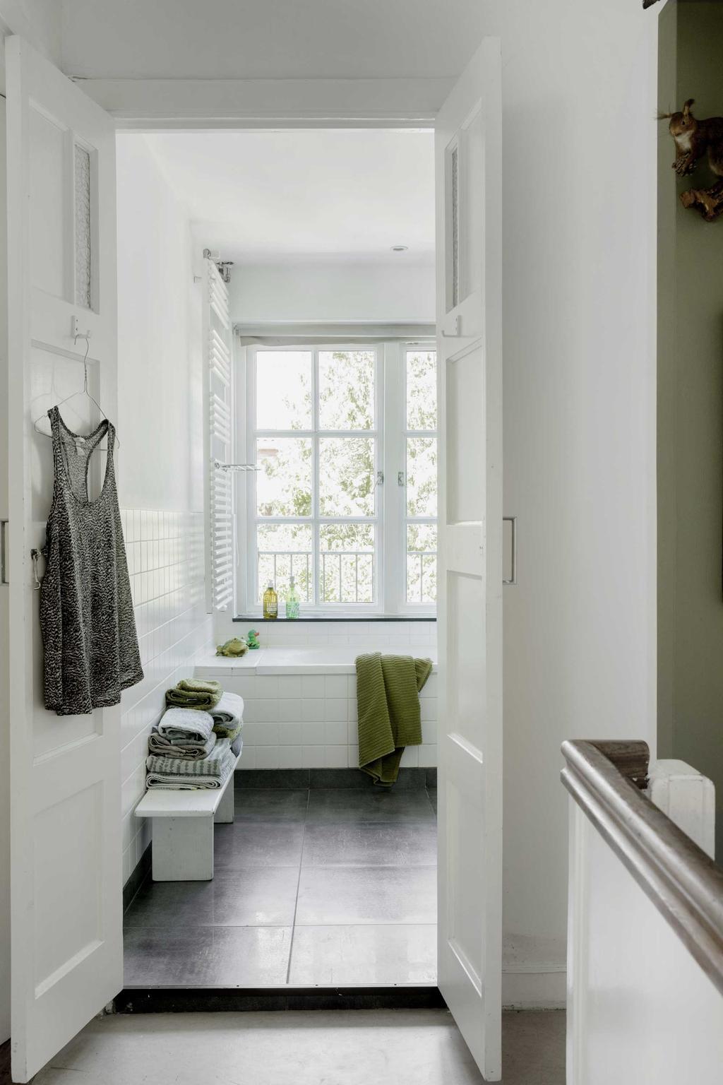 Witte Badkamer met ligbad groene handdoek