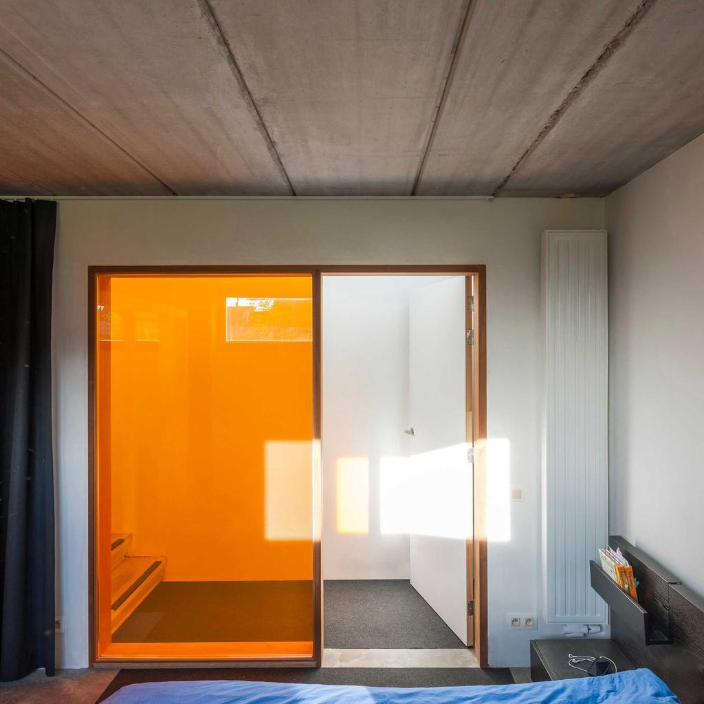 raam oranje beton slaapkamer