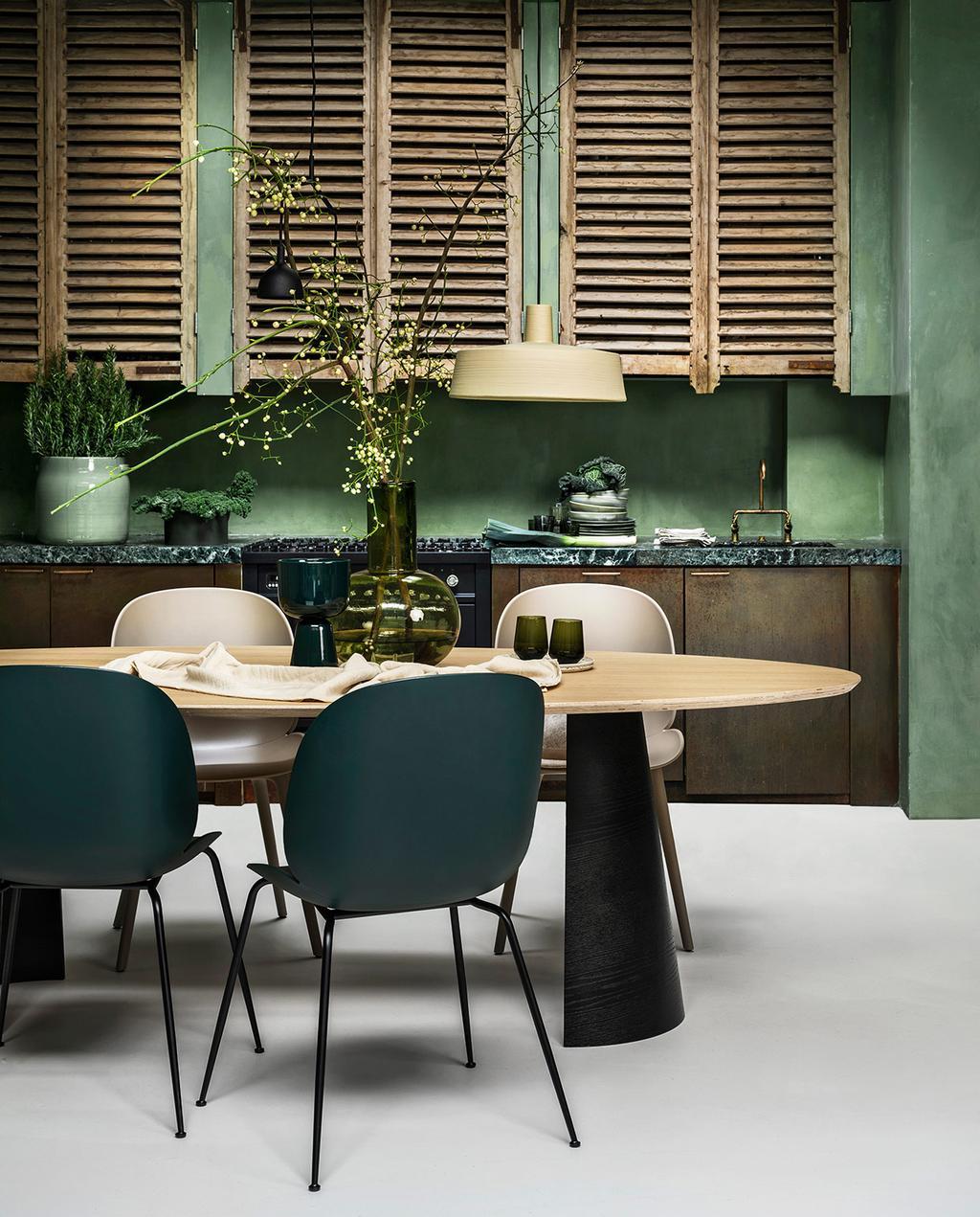 vtwonen 01-2021 | groen styling eethoek met keuken op achtergrond, houten kastjes