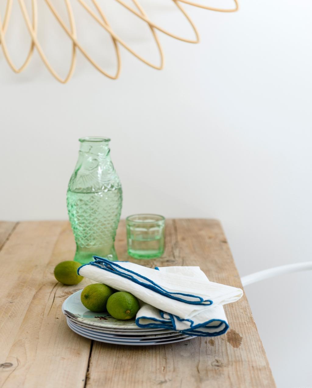 vtwonen 07-2020 | binnenkijken cannes strandhuis bordjes met serax vaas