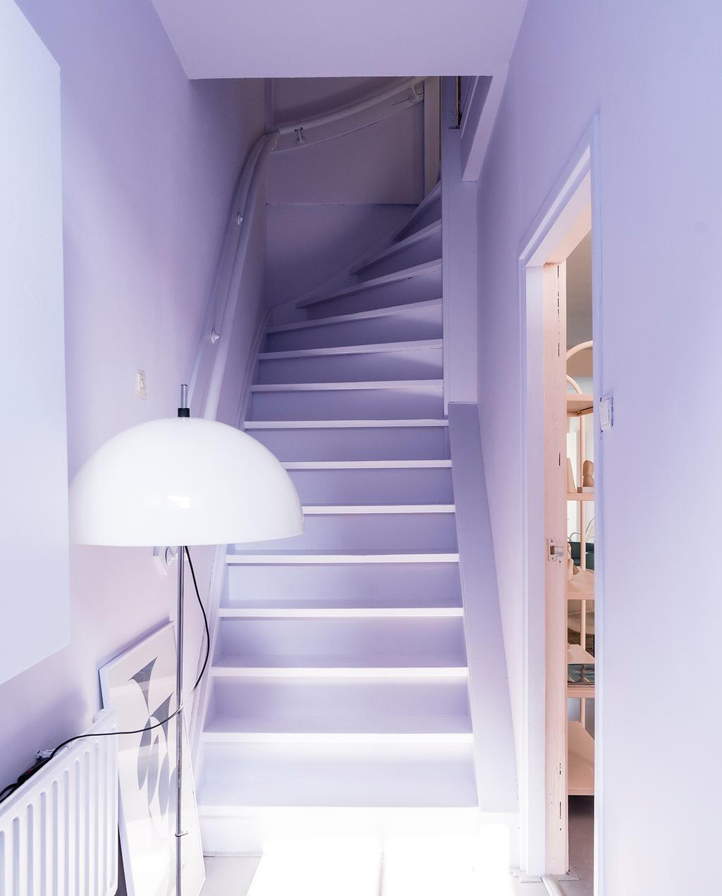 vtwonen special tiny houses 03-2021 | paarse trap in de hal met monochroom kleurgebruik
