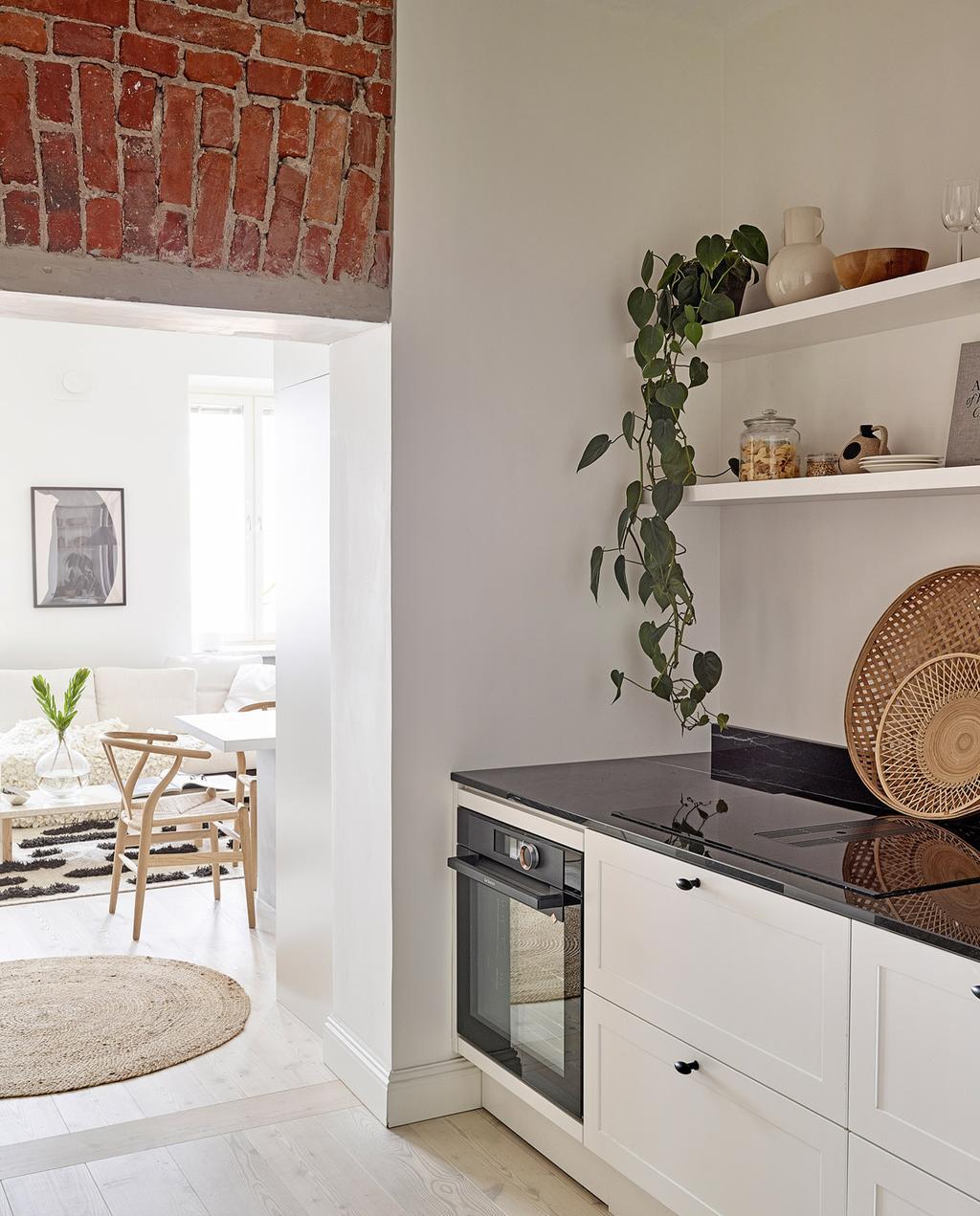 vtwonen special tiny houses |  keuken met stenen muur en ronde vormen