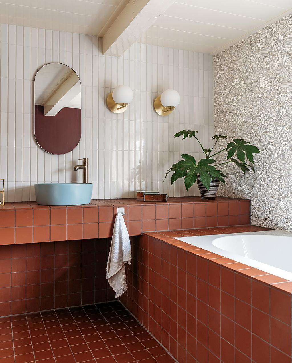 vtwonen 03-2021 | badkamer met terracotta tegels en uitstekende wandtegels