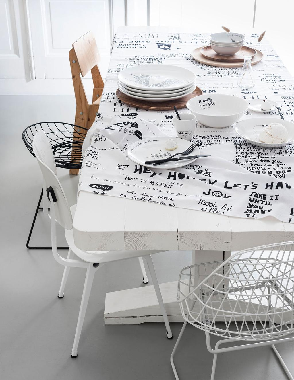 Gedekte tafel met vtwonen happy collection servies