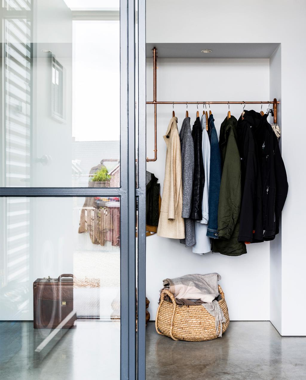 vtwonen binnenkijken weert | modern nieuwbouwhuis deuren van glas en metaal met koperen kapstok