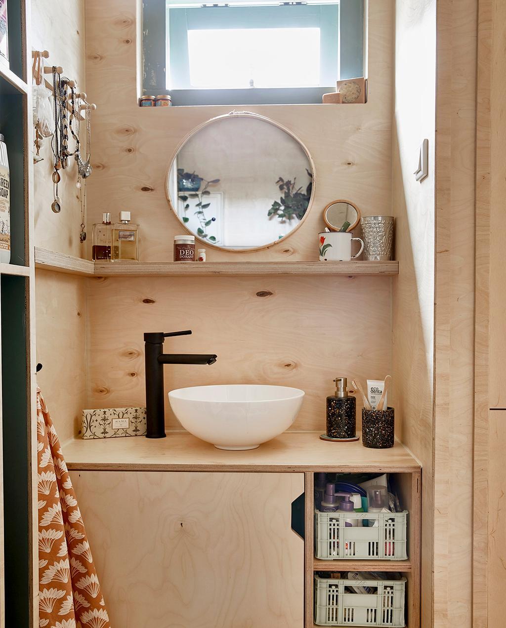 vtwonen binnenkijken special tiny houses | zwarte kraan in houten keuken met ronde spiegel