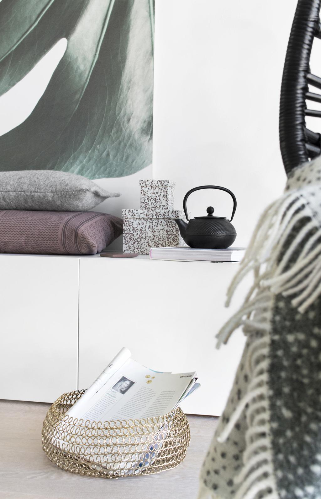 Draadmand voor een witte kast in het voorjaarshuis van blogger Tanja