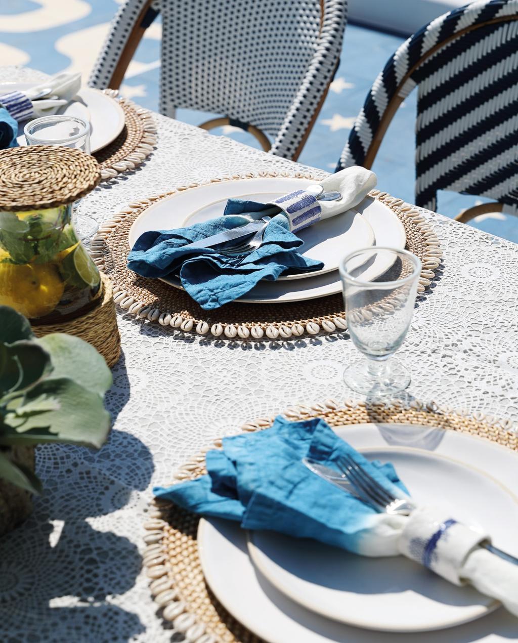 vtwonen 08-2020 | bk buitenland ibiza gedekte tafel met witte borden en blauwe servetten