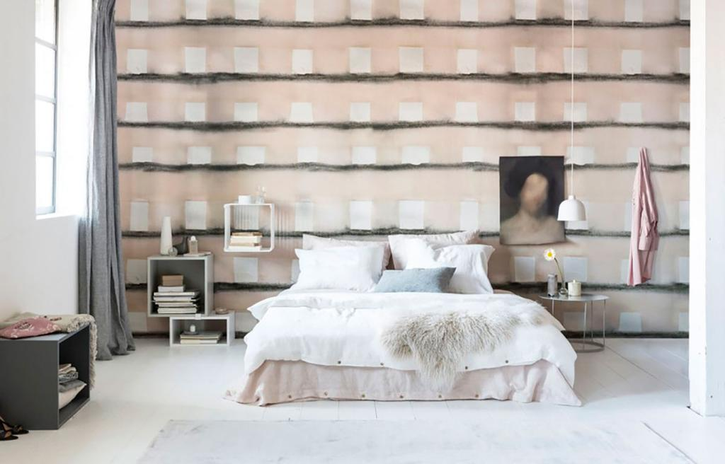 Chambre avec papier peint beige a carres blancs
